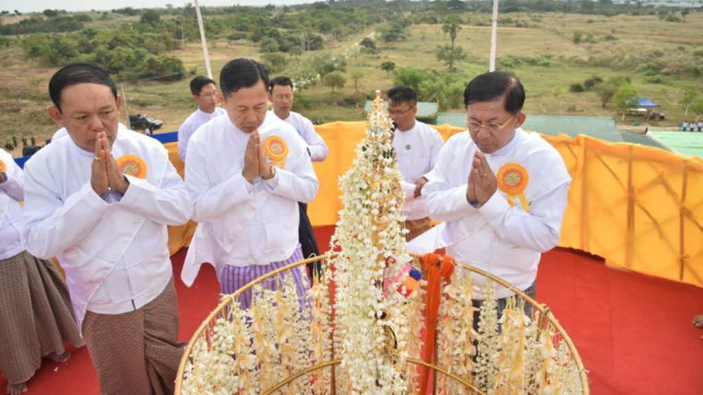 Senior General Min Aung Hlaing attends the ceremony to fix the golden umbrella atop Myenitaung Pagoda in Lewe Township, Nay Pyi Taw yesterday.Photo: MNA