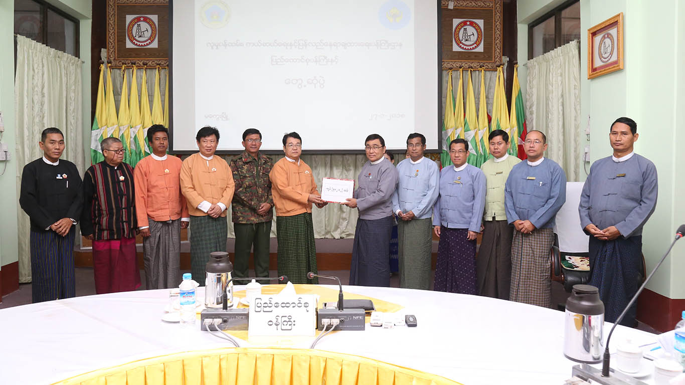 Union Minister Dr Win Myat Aye hands over fund for disaster preparedness to officials in Magway.Photo: MNA