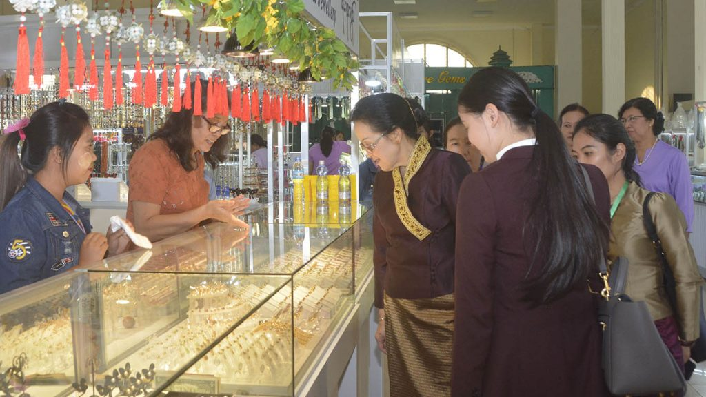 Lao Prime Minister's wife Mrs. Naly Sisoulith visits Myanmar Gems Museum in Nay Pyi Taw. Photo: MNA
