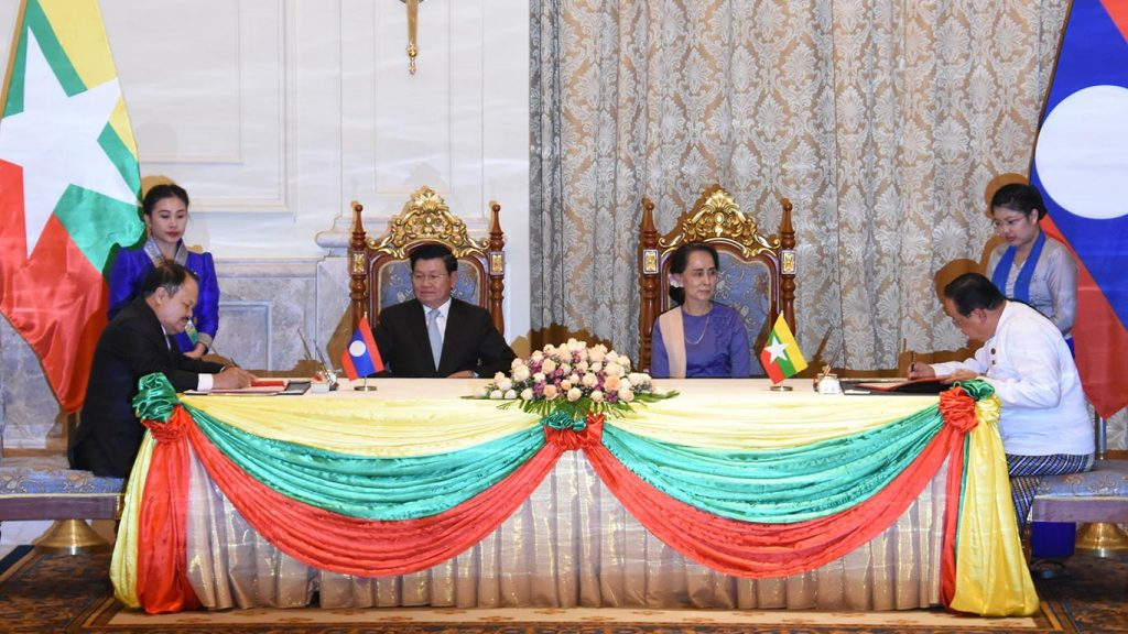 State Counsellor Daw Aung San Suu Kyi and Laotian Prime Minister Thongloun Sisoulith attend the signing ceremony of Memorandum of Understandings between Myanmar and Laos yesterday.Photo: MNA