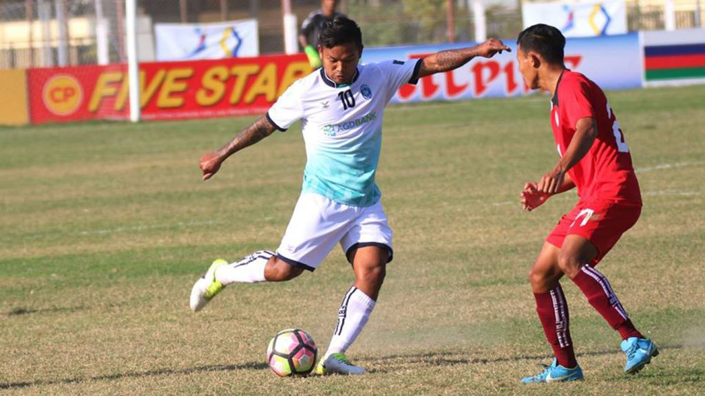 Yangon United football star Kyi Lin poised to shoot the ball in yesterday's MPT MNL 2018 match at Monywa Stadium.Photo: YUSC