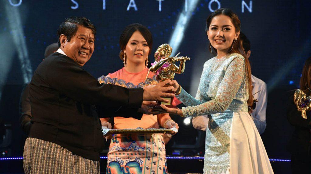 Yangon Mayor U Maung Maung Soe presents the golden violin award to Yadanar Maing.Photo: MNA