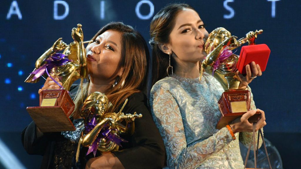 Tin Zar Maw (Left) and Yadanar Maing win the gold violin awards of City FM.Photo: Saw Thein Win