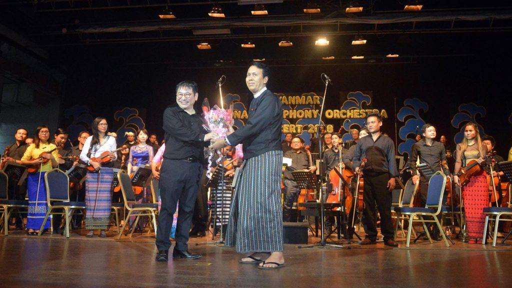 Yangon Region Chief Minister U Phyo Min Thein presents Mr. Yunosuke Yamamoto gift at the Myanmar National Symphony Orchestra 2018.Photo: MNA