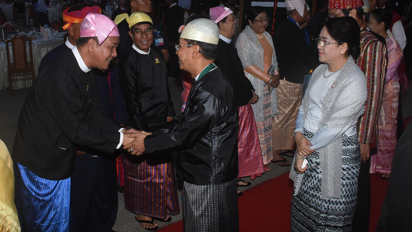 Vice President U Myint Swe greets dignitaries who attend the dinner in commemoration of 71st Anniversary Union Day. Photo: MNA