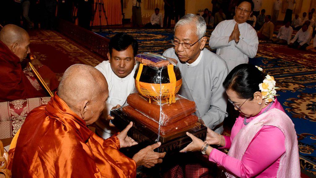 President U Htin Kyaw and First Lady Daw Su Su Lwin present offertory to Bhamo Sayadaw Dr Bhaddanta Kumara Bhivamsa.Photo: MNA