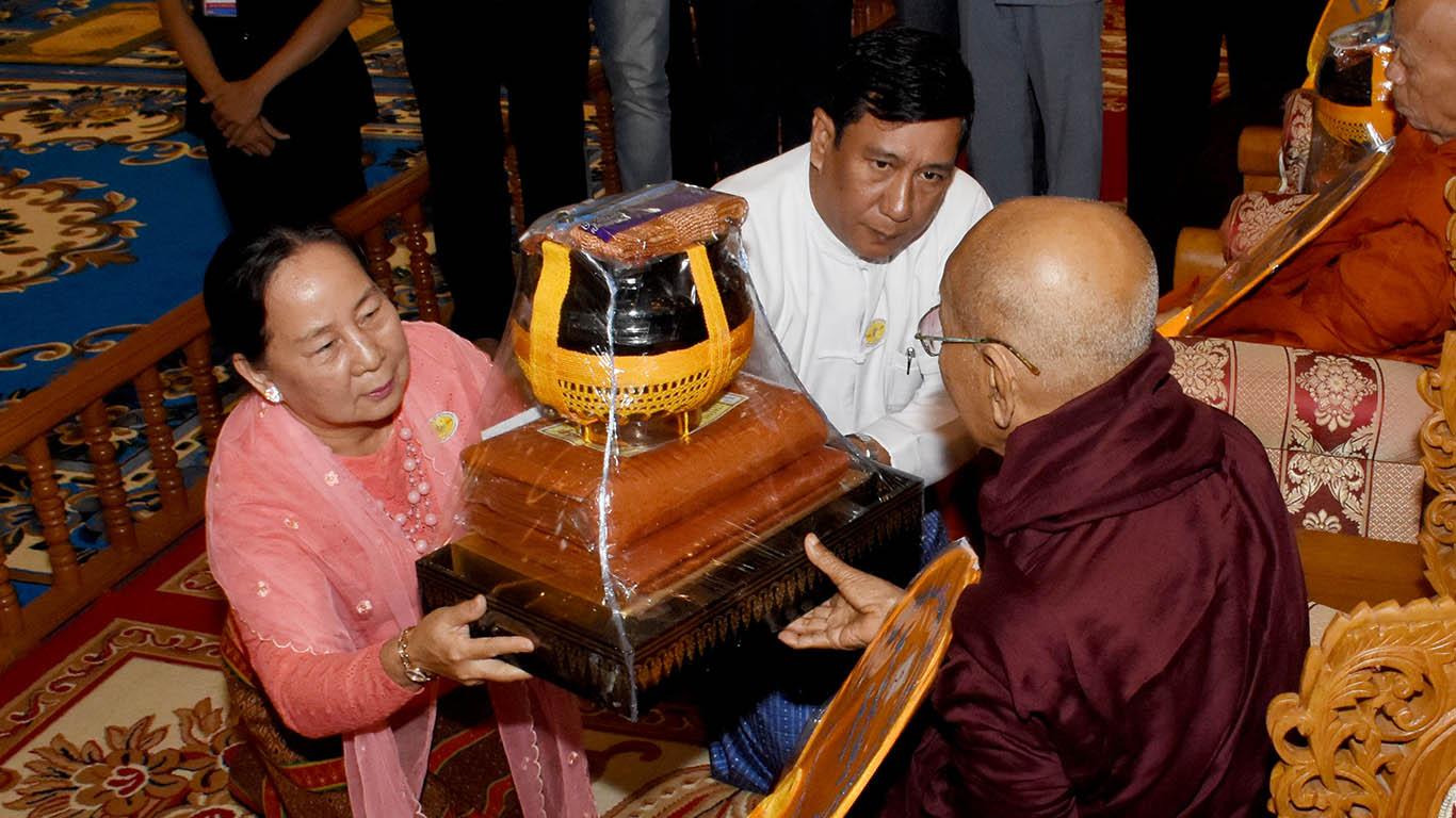 Amyotha Hluttaw Speaker's wife Daw Nant Kyin Kyi presents offertory to a Sayadaw.Photo: MNA