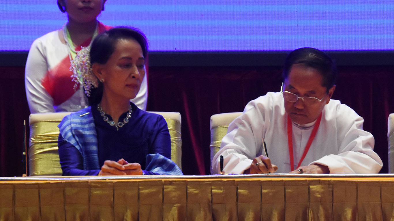 Vice President U Myint Swe signs Nationwide Ceasefire Agreement in Nay Pyi Taw yesterday. Photo: MNA