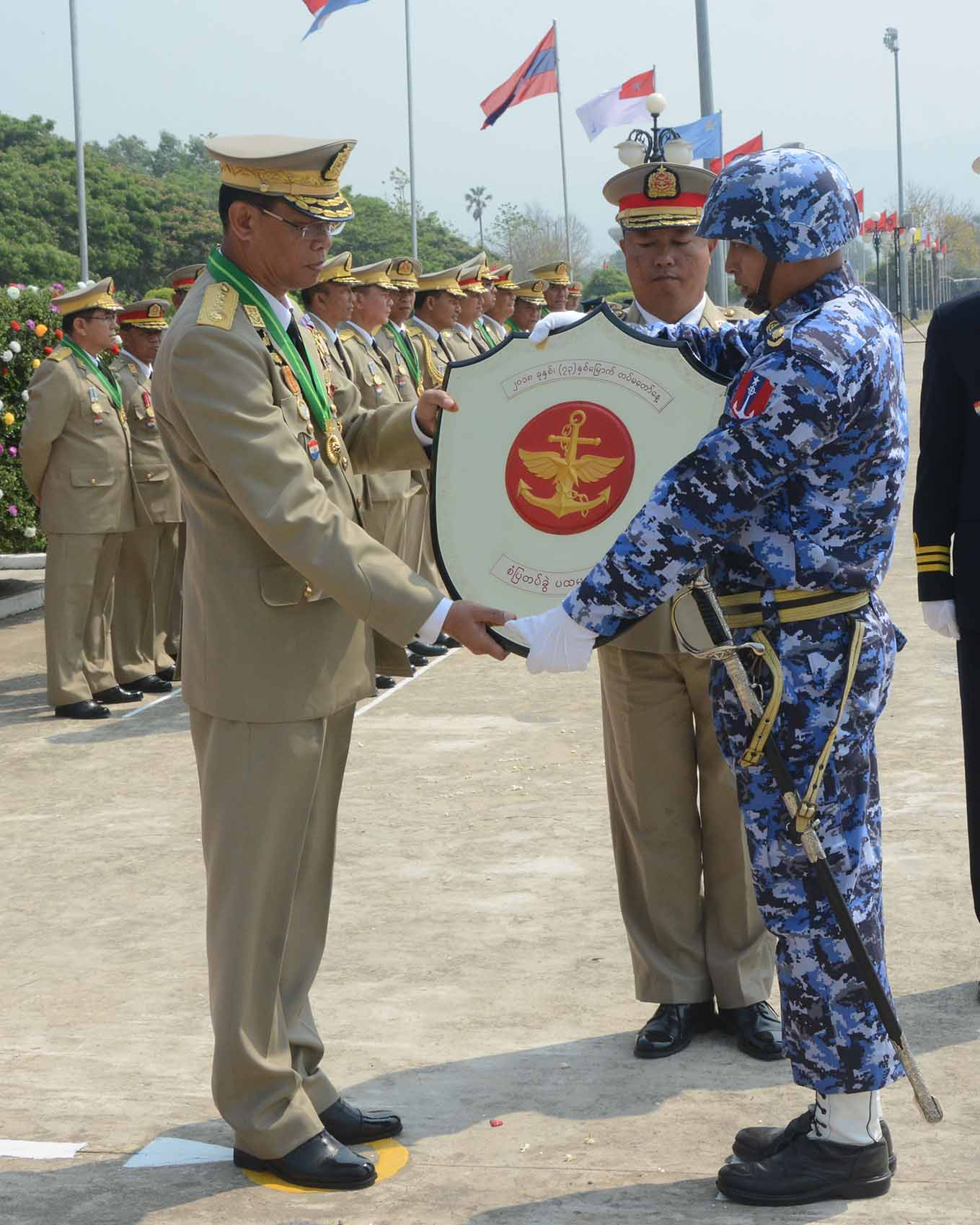 Chief of General Staff (Army, Navy, Air) General Mya Tun Oo presents third prize to the Office of Commander-in-Chief (Air) guard of honour.Photo: MNA