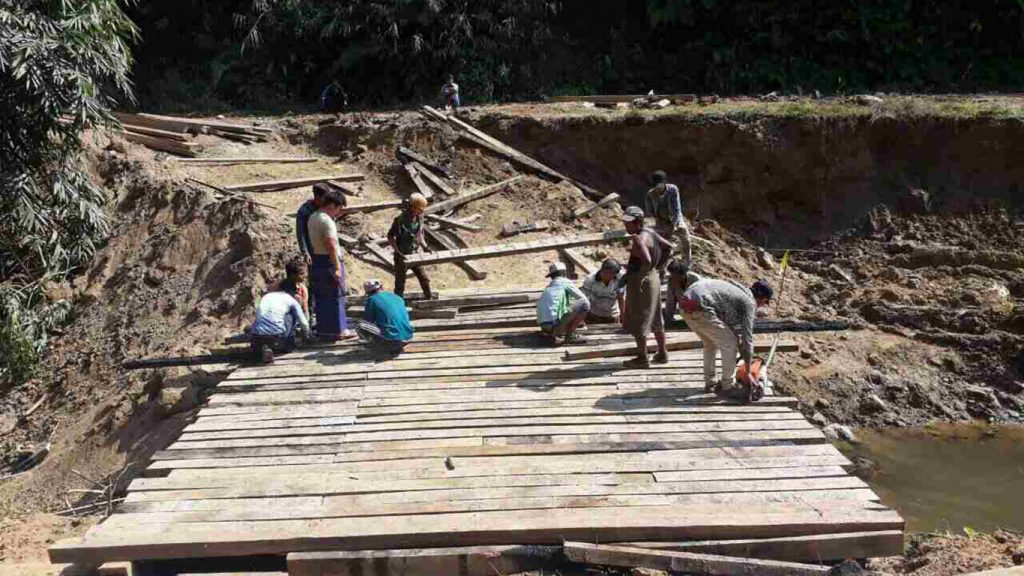 Construction workers repairing roads and bridges on the Myintkyina-Sumprabum-Putao road, Kahin State. Photo: MNA