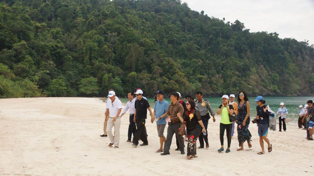Visitors enjoying the beautiful scenery of islands  and the sea.Photo:MDN