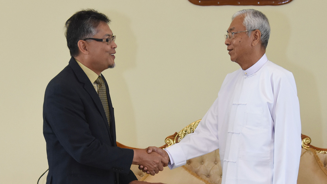President U Htin Kyaw bids farewell to outgoing Malaysian Ambassador to Myanmar Mohd Haniff Bin Abd Rahman at the guest hall of the Presidential Palace in Nay Pyi Taw yesterday.Photo: MNA