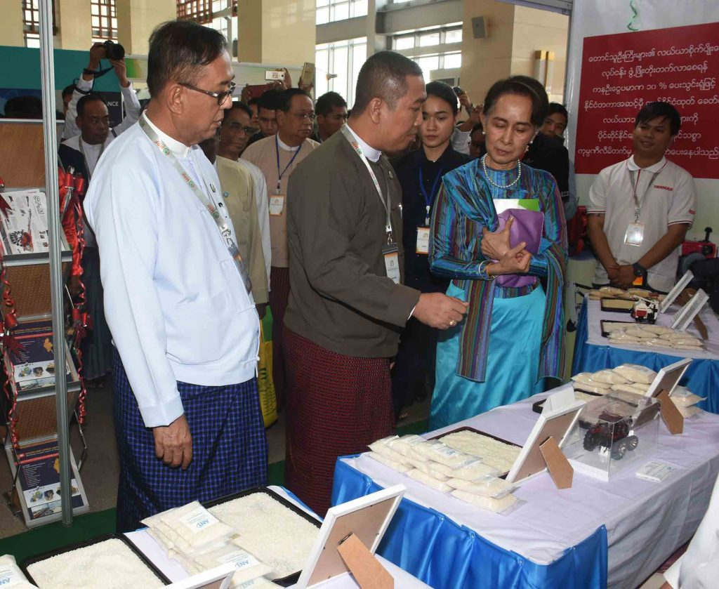 State Counsellor Daw Aung San Suu Kyi views a rice sample displayed at the Myanmar Rice Federation Stakeholder Forum.Photo: MNA