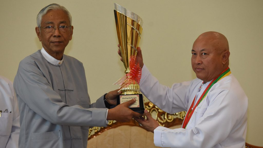 President U Htin Kyaw presents the honourary award to U Aung Ko Win, Chairman of Kanbawza Bank at the ceremony to honour top tax payers in Nay Pyi Taw, yesterday.Photo: MNA