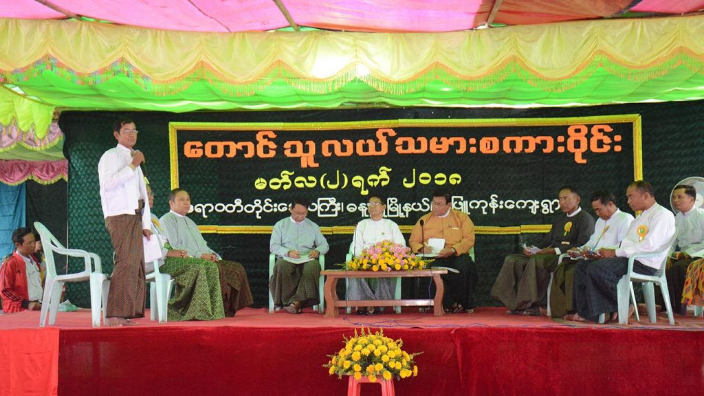 Roundtable talk of peasants and officials in Danubyu, Ayeyawady Region. Photo: MNA
