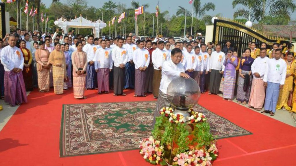 Senior General Min Aung Hlaing touches a device that unveils the stone inscription to the new religious building in the compound of Abaya Labamuni Kyauktawgyi Pagoda, Insein Township. Photo: MNA