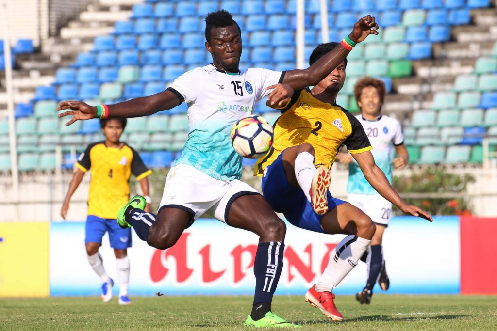 Players form Yangon and Magwe FC vie for the ball in yesterday's MNL match at Thuwunna Stadium.Photo:MNL