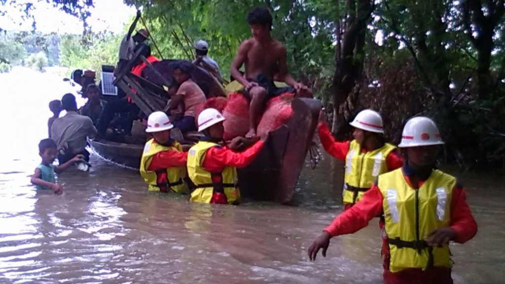 Firefighters are rescuing the villagers who are trapped in flood.Photo: MNA