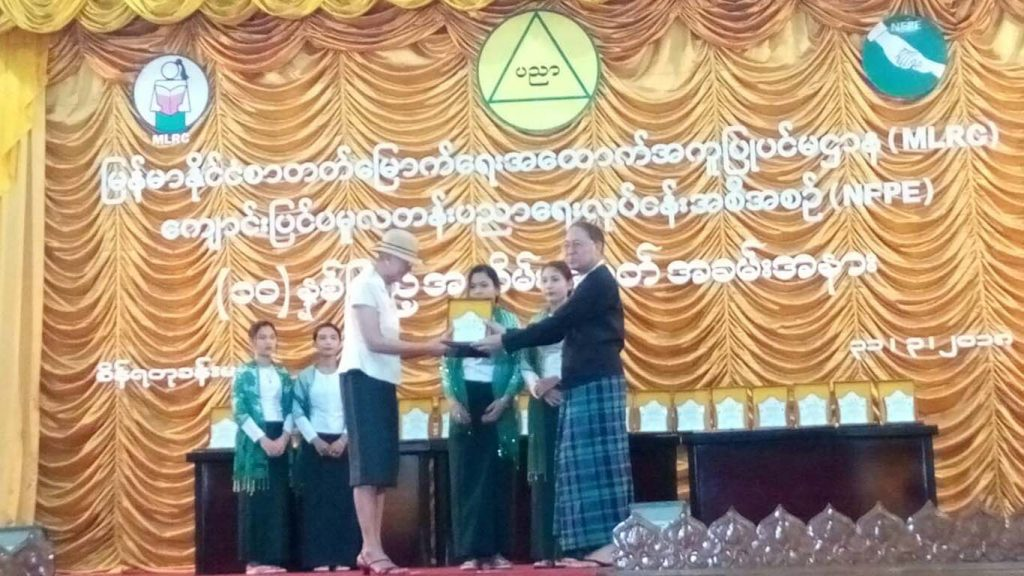 Yangon Region Hluttaw Speaker U Tin Maung Tun confers an honorary certificate to a representative of the donors at the event.Photo: MNA