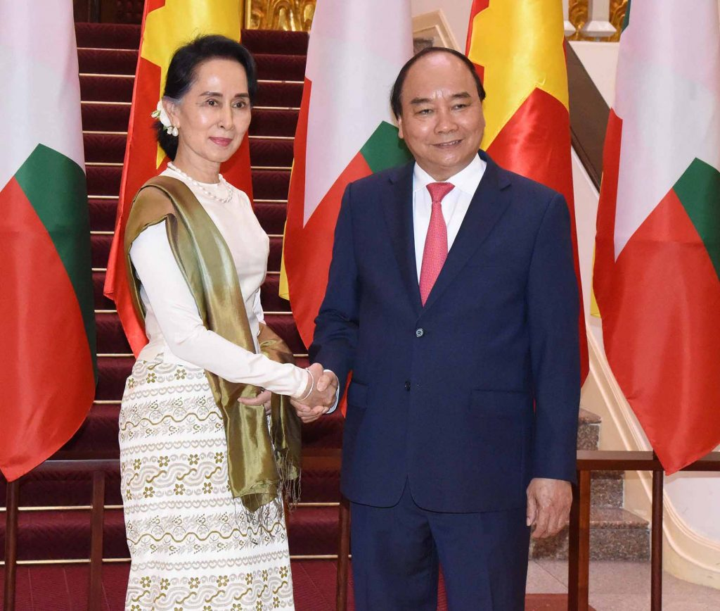 State Counsellor Daw Aung San Suu Kyi is welcomed by Vietnamese Prime Minister Nguyen Xuan Phuc in Hanoi yesterday.Photo: MNA