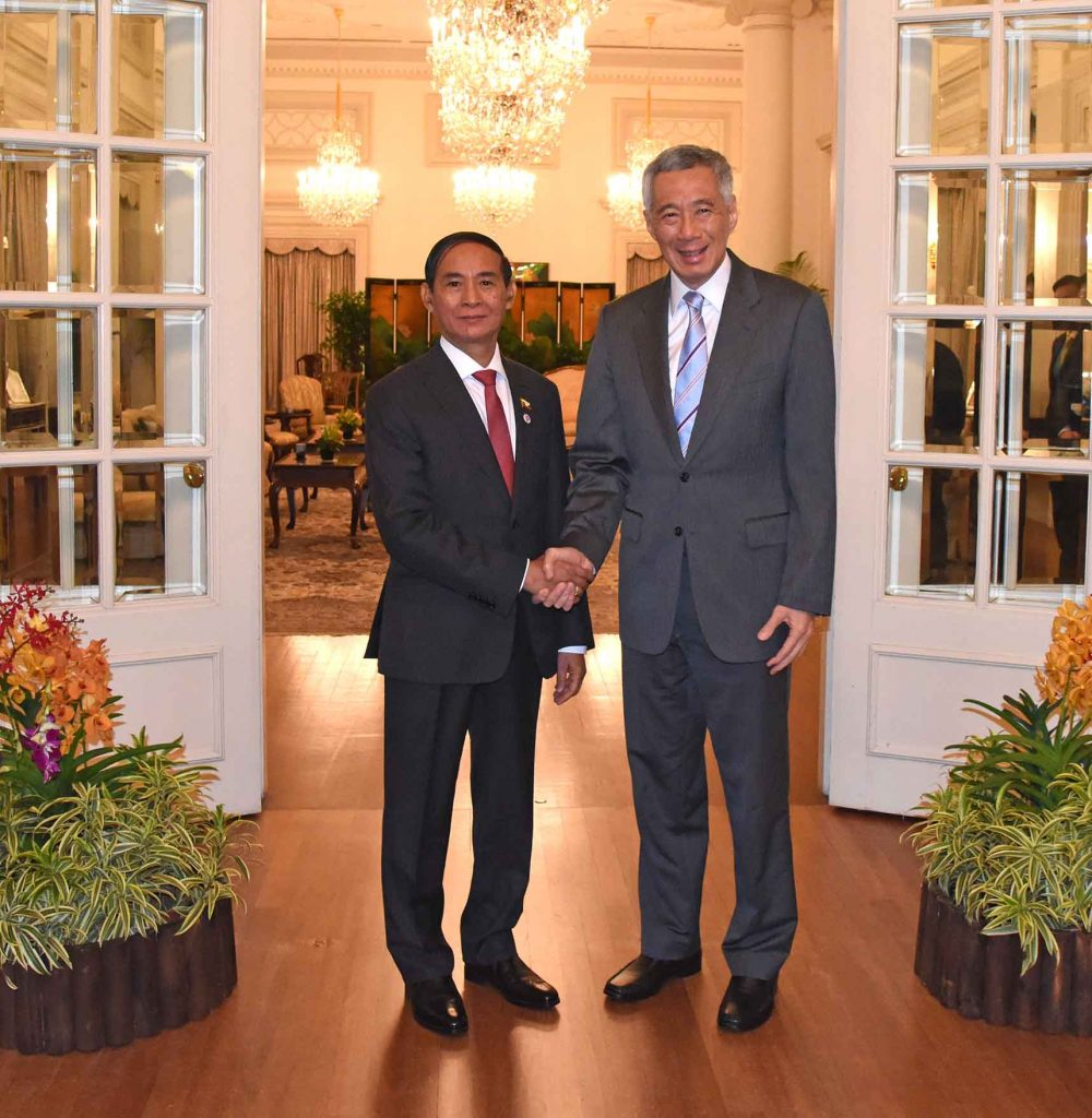 President U Win Myint is welcomed by Singapore Prime Minister Mr. Lee Hsien Loong in Singapore. Photo: MNA