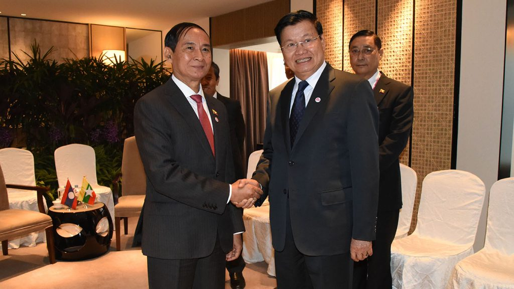 President U Win Myint meets with Prime Minister of Laos Thongloun Sisoulith in Singapore's Shangri La Hotel yesterday. Photo: MNA