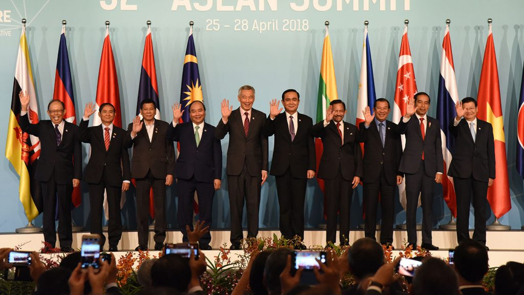 President U Win Myint(Second from Left) and leaders of ASEAN countries wave to participants of ASEAN countries  after posing documentary photo at the opening ceremony the 32nd ASEAN Summit at the Shangri-La Hotel in Singapore. Photo: MNA