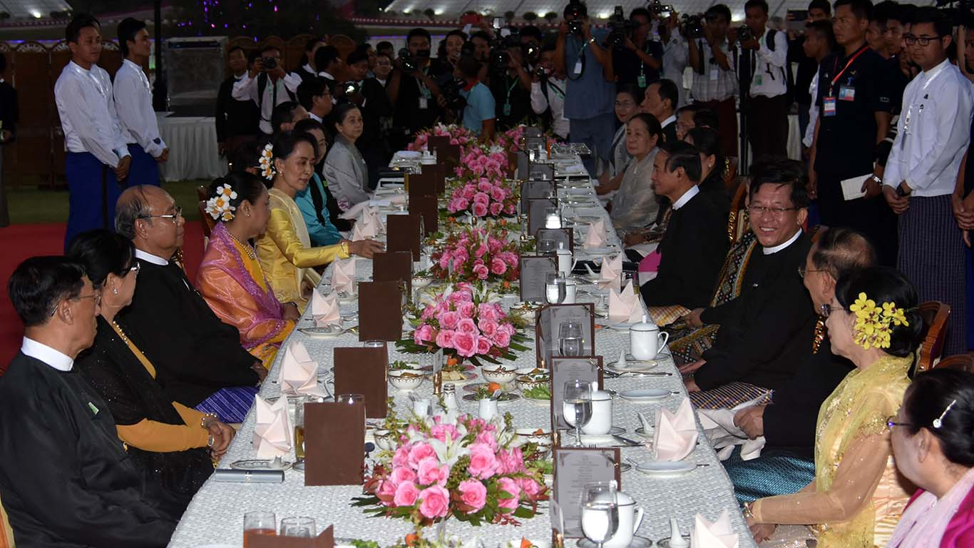 President U Win Myint, First Lady Daw Cho Cho and honoured guests have their meals at the dinner table together on the lawn at the Presidential Palace in Nay Pyi Taw. Photo: MNA