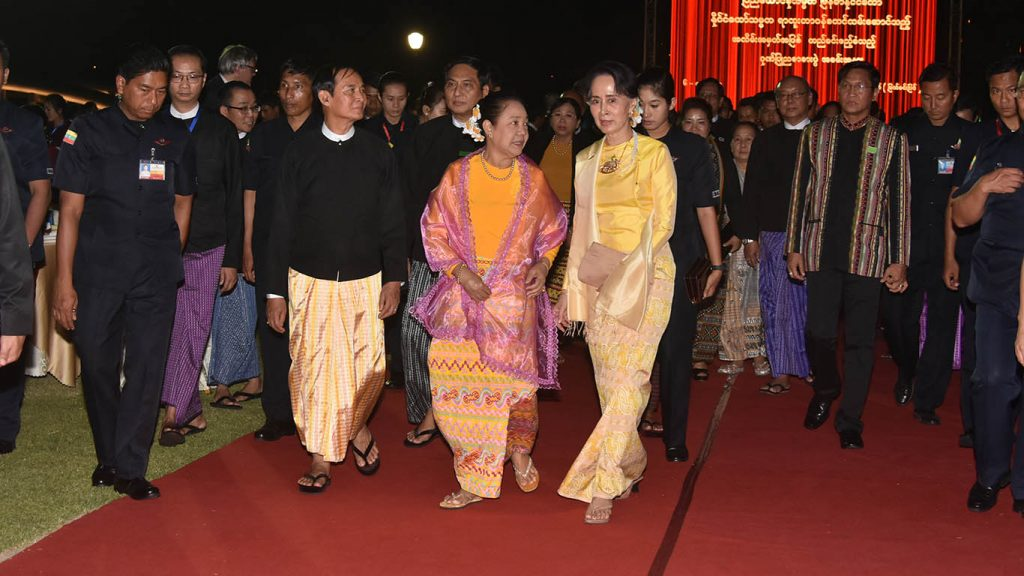 President U Win Myint and First Lady Daw Cho Cho welcome State Counsellor Daw Aung San Suu Kyi as she arrives at the dinner to mark President U Win Myint's taking office.  Photo: Myanmar News Agency