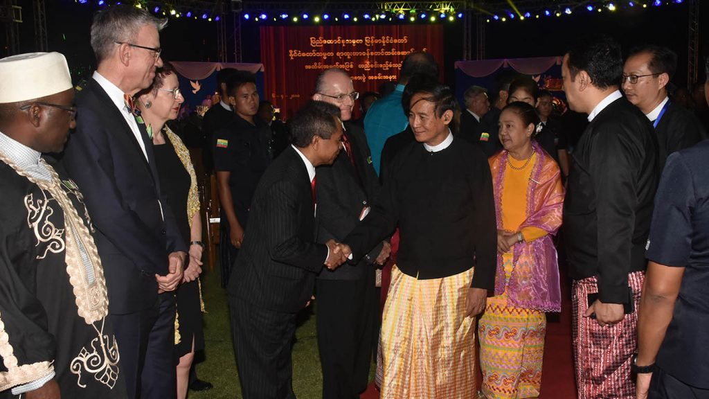President U Win Myint and First Lady Daw Cho Cho greet guests at the dinner event marking the President's taking of office at the Presidential Palace in Nay Pyi Taw. Photo: MNA