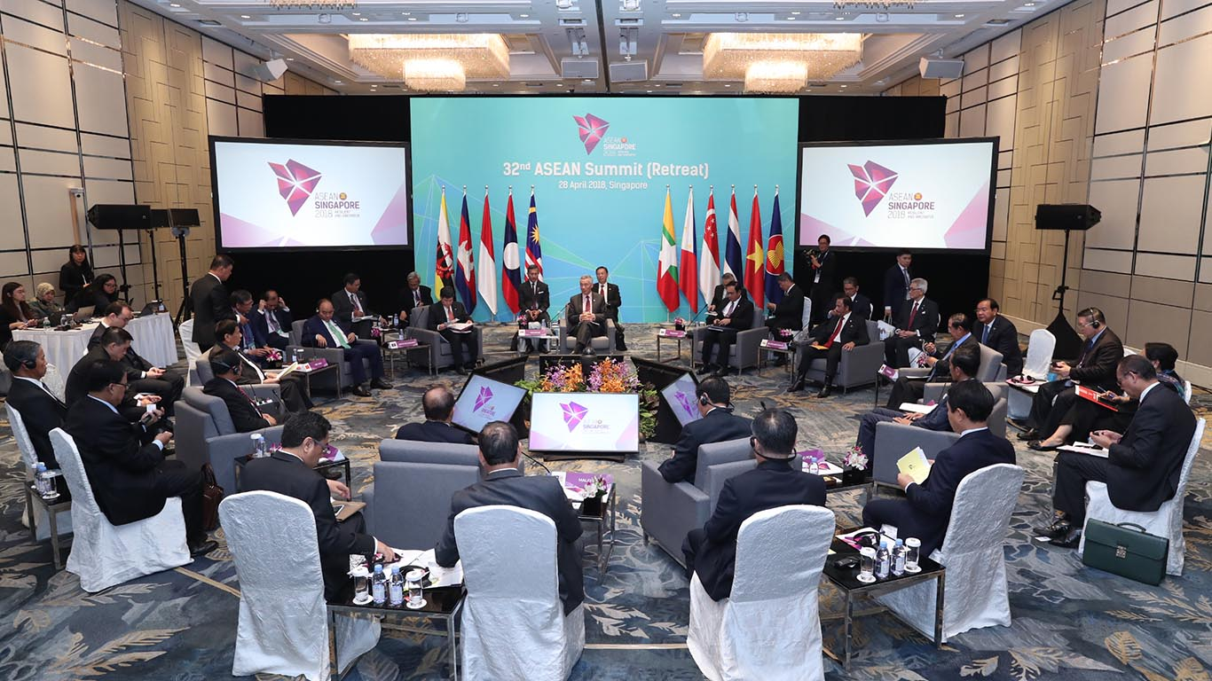President U Win Myint in a retreat meeting with the ASEAN Heads of State/Governments at the 32nd ASEAN Summit Retreat in Singapore.  Photo: ASEAN2018 Organising Committee