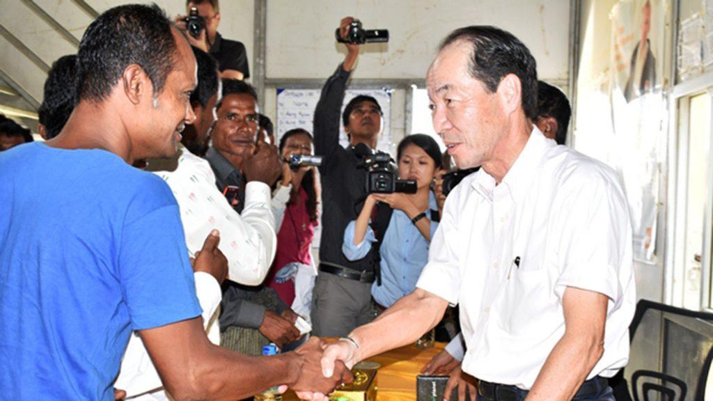 Japanese Ambassador to Myanmar Mr. Ichiro Maruyama shakes hands with a resident of Bawdupha IDP camp.Photo: mna
