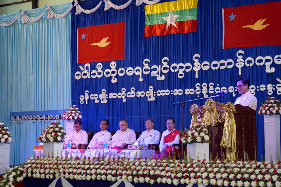 Committee Chairman Nai Banyar Lae delivers the concluding speech at the closing ceremony of the National-level Political Dialogue for ethnic Mon people in Mon State yesterday. Photo: Myanmar News Agency