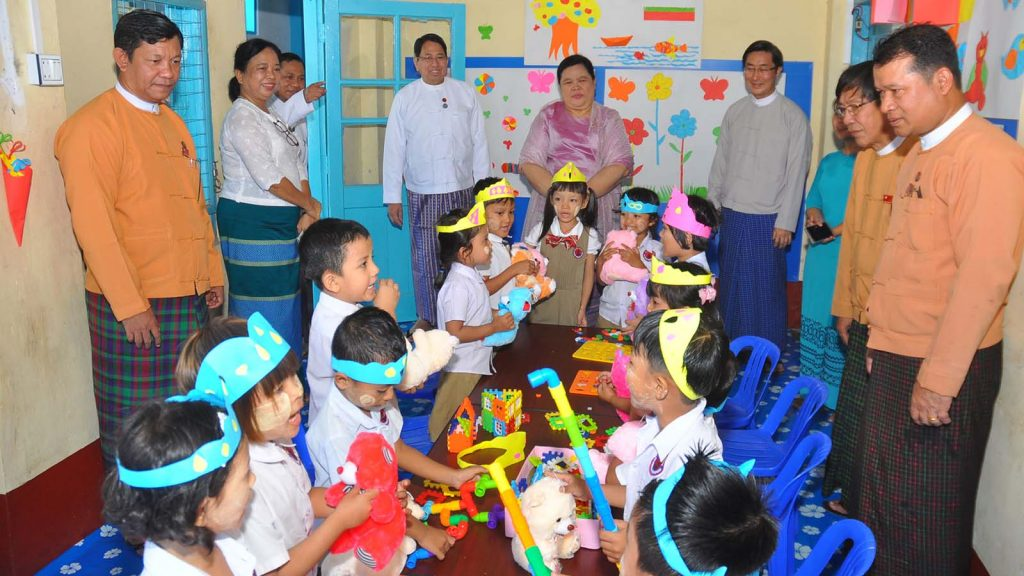 Union Minister Dr. Pe Myint, Chief Minister Dr. Le Le Maw and officials presents gifts to children at the Dawei District IPRD.  Photo: Khaing Htoo