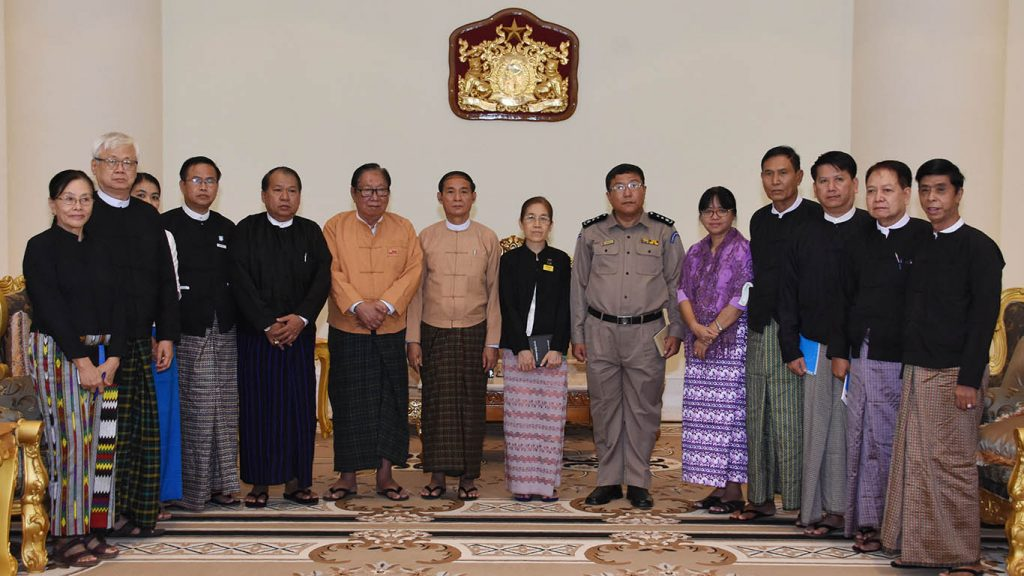 President U Win Myint poses for photo with Chairman U Nyan Win and members of the Union Legal Supporting Group in Nay Pyi Taw yesterday.Photo: MNA