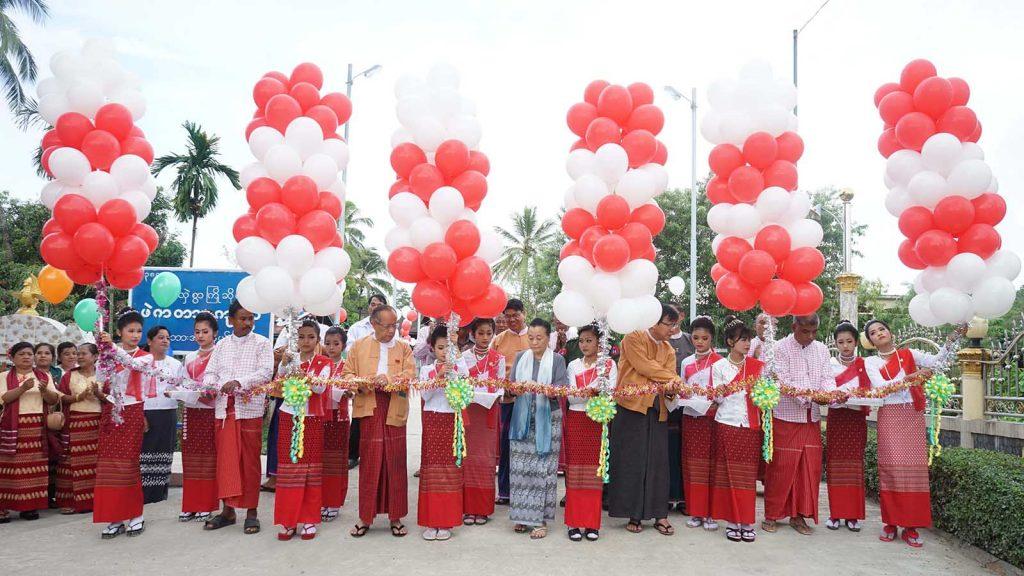 Kayin State Chief Minister Daw Nang Khin Htwe Myint and other officials cut ribbon to open Phe Ka Ta Bridge in Phe Ka Ta Village, Hpa-An Township, Kayin State yesterday.Photo: MNA