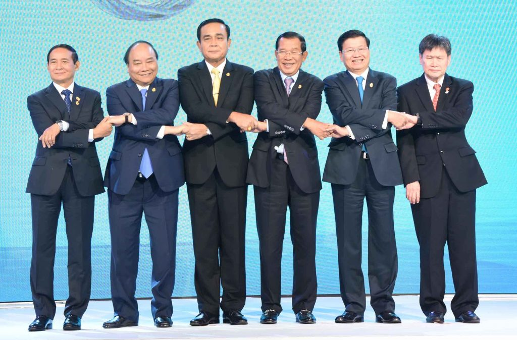 President U Win Myint (Left) poses for the photo together with Prime Ministers from ACMECS member countries and ASEAN Secretary-General in Bangkok, Thailand yesterday.Photo: MNA