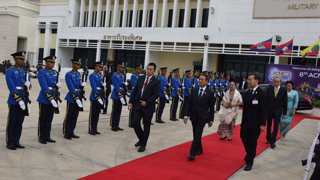 President U Win Myint and First Lady Daw Cho Cho seen off by Thai Deputy Prime Minister Mr. Somkid Jatusripitak and wife before departure for Nay Pyi Taw yesterday.Photo: MNA