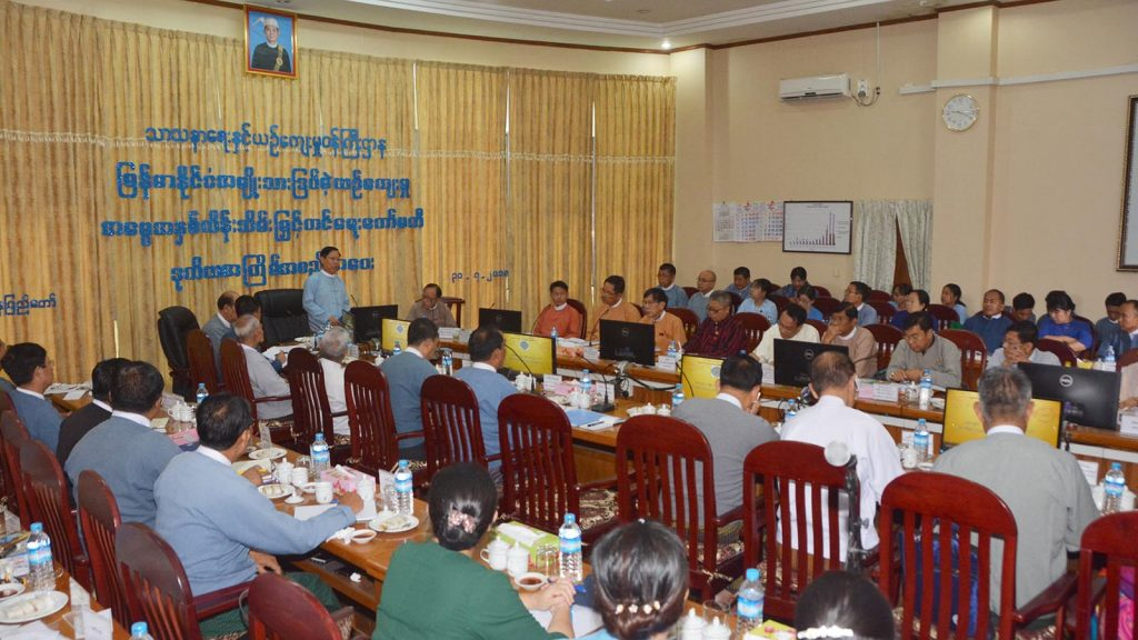Thura U Aung Ko delivers a speech at the meeting to preserve and develop Myanmar Intangible Cultural Heritages in Nay Pyi Taw. Photo: MNA