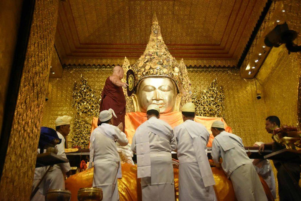 Pagoda Board of Trustees offer Waso robe to Mahamyatmuni Pagoda  in Mandalay on the Full Moon Day of Waso. Photo: MNA
