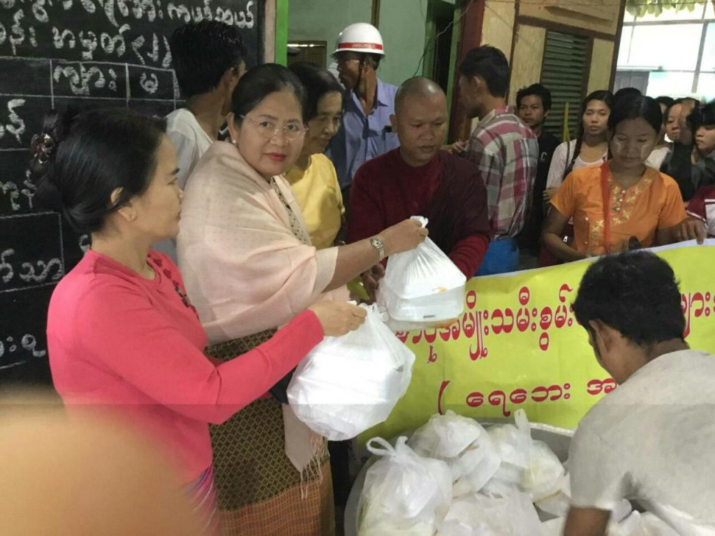 Donors providing relief assistance for flood victims.Photo: mna