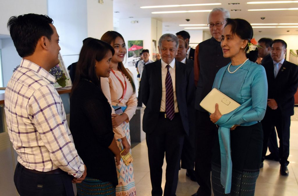 State Counsellor Daw Aung San Suu Kyi warmly greets Myanmar students at the Lee Kuan Yew School of Public Policy in Singapore.Photo: Myanmar news Agency