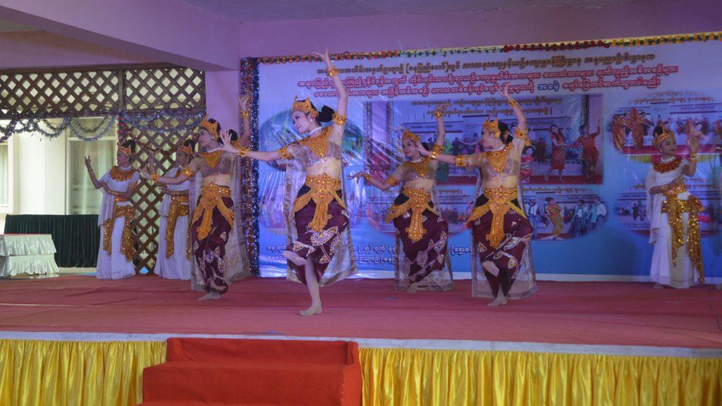 Traditional cultural dance troupe participate in the ethnic national cultural performance at National Landmark Garden in Nay Pyi Taw yesterday.Photo: MNA