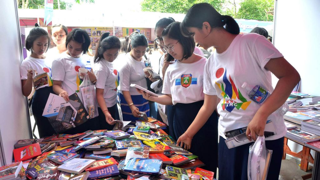 A book shop at the festival is crowded with students.Photo: MNA