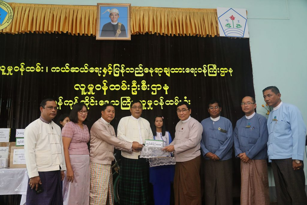 Union Minister Dr. Win Myat Aye accepts the donations from organizations, foundations, and thirty-one families.Photo: MNA