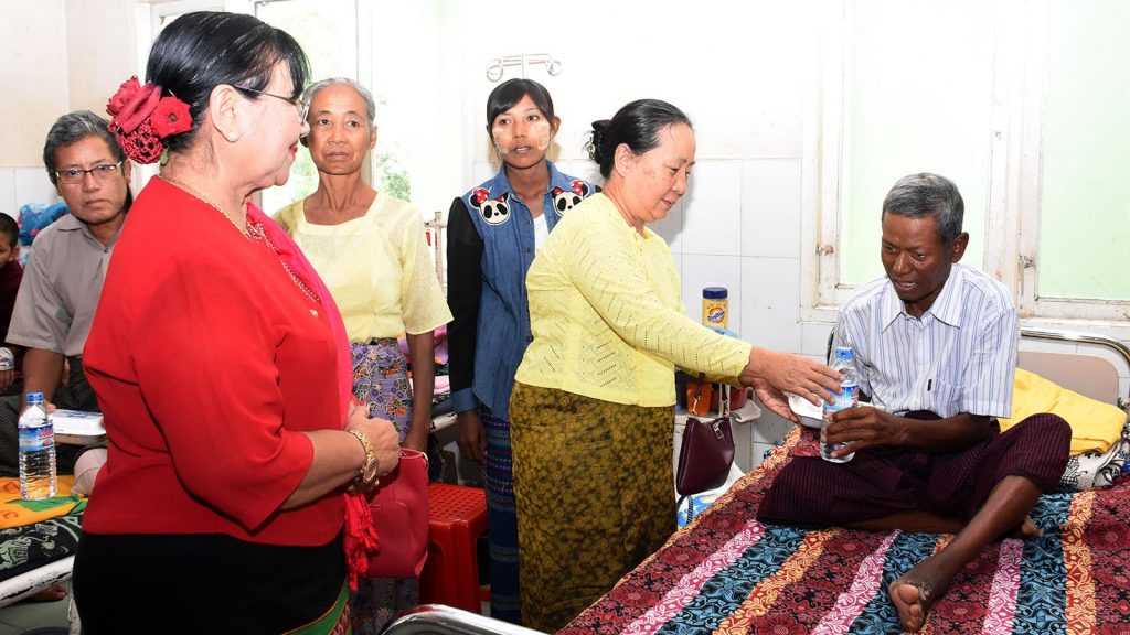 Amyotha Hluttaw Speaker's wife Daw Nant Kyin Kyi donates lunch to a patient in 1000-bed General Hospital in Nay Pyi Taw. Photo: MNA