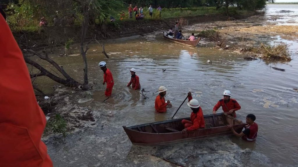 Firefighters and local conducting the search operation in the Naungyoe creek in Yenanchaung, Magway Region.Photo: Supplied