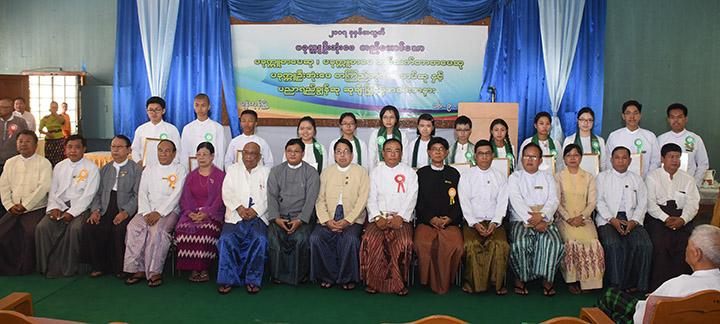 DSC 0593 GNLMInformation Minister Dr Pe Myint and 2017 Pakkukku U Ohn Pe Literary scholarship winners pose for documentary photo. MNA copy