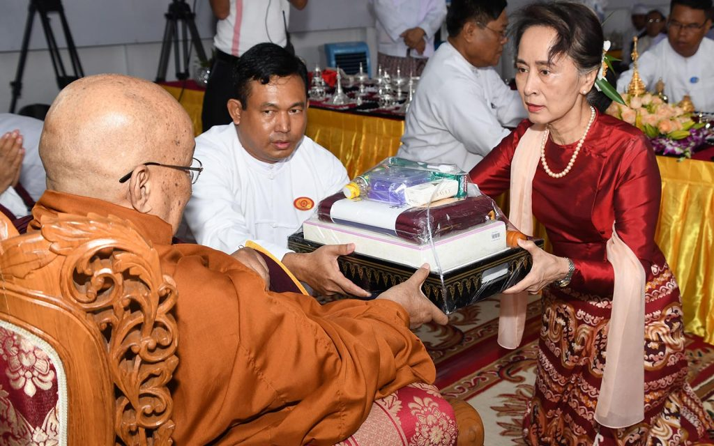 State Counsellor Daw Aung San Suu Kyi presents offertories to Sayadaw Bhaddanta Janinda. Photo: MNA