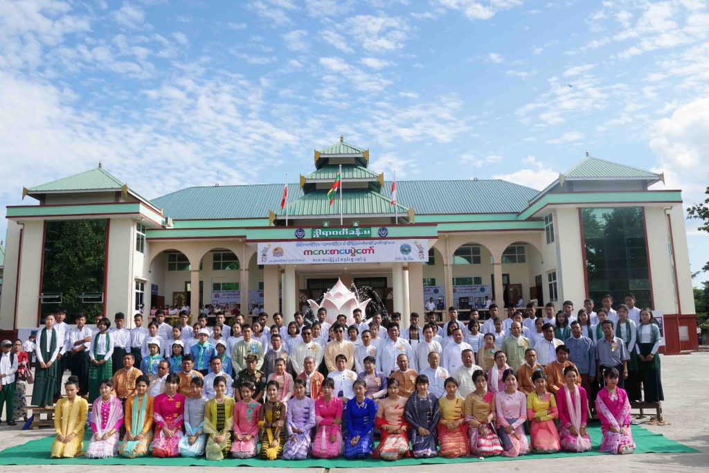 Union Minister Dr. Pe Myint, Rakhine State Chief Minister U Nyi Pu and dignitaries have a documentary photo  taken with participants of the Children Literature Festival in Thandwe, Rakhine State. photo: mna